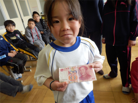 A 1st grade girl with a Chinese 100 Yuan note