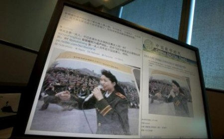 A computer shows a website displaying the photo of Peng Liyuan singing to martial law troops in Tiananmen Square. Photo: AP