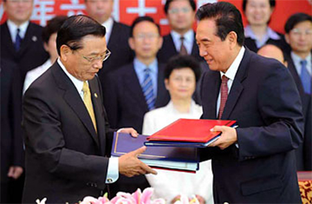 Chen Yunlin, right, head of Beijing's Association for Relations Across the Taiwan Strait, attends a ceremony with Chiang Pin-kung, chairman of Taiwan's Straits Exchange Foundation
