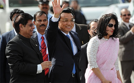 Chinese Premier Li Keqiang (centre) walks with Indian Minister of State for External Affairs E. Ahmed