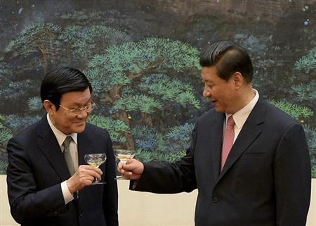 Vietnamese President Truong Tan Sang (L) and Chinese President Xi Jinping (R)