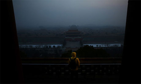 Heavy smog shrouds Beijing with pollution at hazardous levels