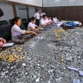 Bank employees laboring to count coins - NetEase