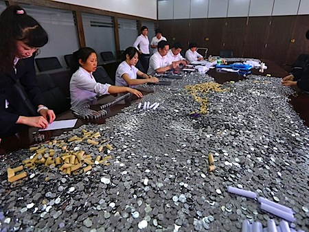 Bank employees work all day to count 10,000 yuan in coins - NetEase