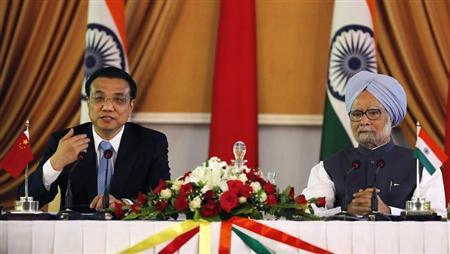 Chinese Premier Li Keqiang (L) speaks with the media as India's Prime Minister Manmohan Singh looks on during the signing of agreements ceremony in New Delhi May 20, 2013
