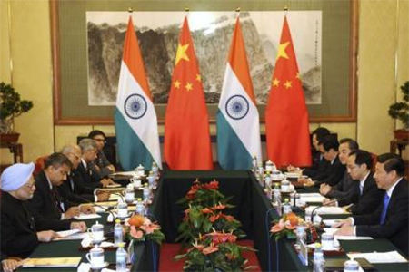 China's President Xi Jinping (R) talks with India's Prime Minister Manmohan Singh (L) during a meeting at the Diaoyutai State Guesthouse in Beijing October 23, 2013