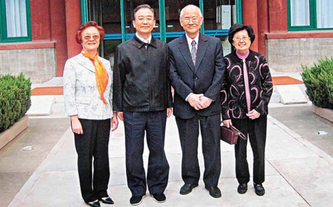 Former premier Wen Jiabao (second left) with columnist Ng Hong-mun (second right)