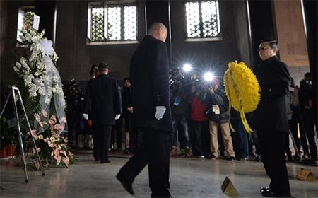Taiwan envoy Wang Yu-chi holds a wreath at the Sun Yat-sen Mausoleum in Nanjing