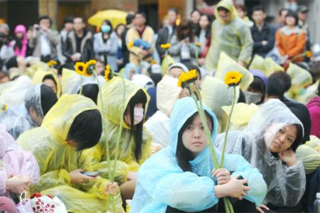 Students gathered outside the Qingdao E Road entrance to the Legislative Yuan in Taipei are treated to lessons in democracy offered by professors yesterday as the occupation of the legislative chamber continues inside the building