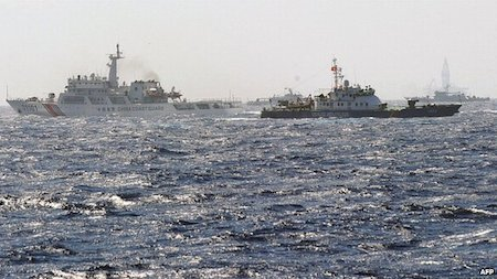 Chinese and Vietnamese coast guard ships are patrolling near the Haiyang Shiyou oil rig, seen to the rear