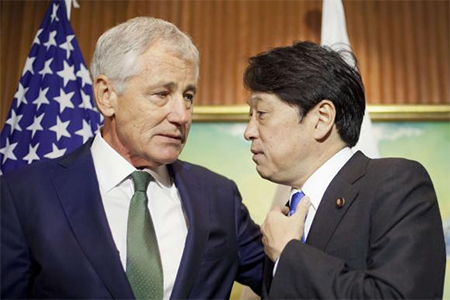 U.S. Defense Secretary Chuck Hagel (L) talks with Japan's Defense Minister Itsunori Onodera as they wait for South Korea's Defense Minister Kim Kwan-jin to arrive to begin their meeting in Singapore May 31, 2014
