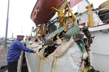 Damage to Vietnamese ship from ramming by Chinese ships