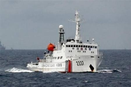 A Chinese Coast Guard vessel (R) passes near the Chinese oil rig, Haiyang Shi You 981 (L) in the South China Sea, about 210 km (130 miles) from the coast of Vietnam June 13, 2014