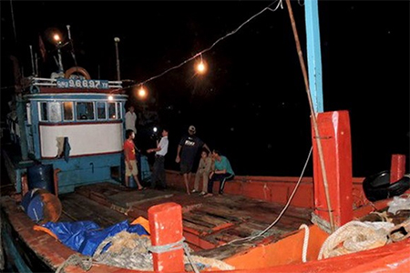 The fishing boat of Quang Ngai local Le Khoi returned home on August 16, 2014 after Chinese pirates reportedly stole its equipment and catch
