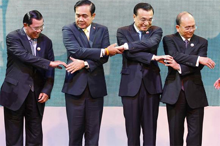 Cambodia's Prime Minister Hun Sen (L-R), Thailand's Prime Minister Prayuth Chan-ocha, China's Premier Li Keqiang and Myanmar's President Thein Sein join hands before posing for photographers during the opening ceremony of the 5th Greater Mekong Subregion (GMS) Summit at a hotel in Bangkok December 20, 2014.