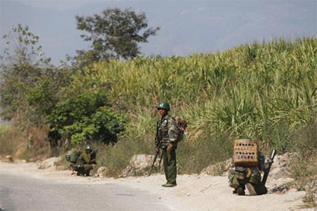 Myanmar army soldiers take positions near Laukkai February 17, 2015. Credit: REUTERS/Soe Zeya Tun