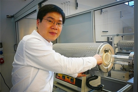 Zhu demonstrates the movable furnace. (Photo: Jos Wassink)