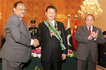 Pakistani President shakes hands with Chinese President Xi Jinping