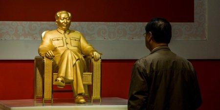 Gold Mao Zedong Statue