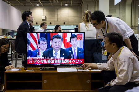 Journalists Watch Xi Jinping Speaking