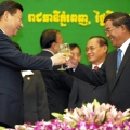 Chinese President Xi Jinping (L) and Cambodian Prime Minister Hun Sen R)